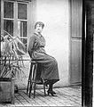 1910-Alexine dans la cour de Mauléon.jpg