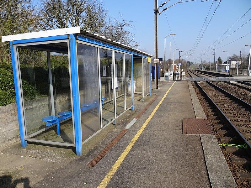 Vue de la gare du Genest le long de la ligne de Paris-Montparnasse à Brest