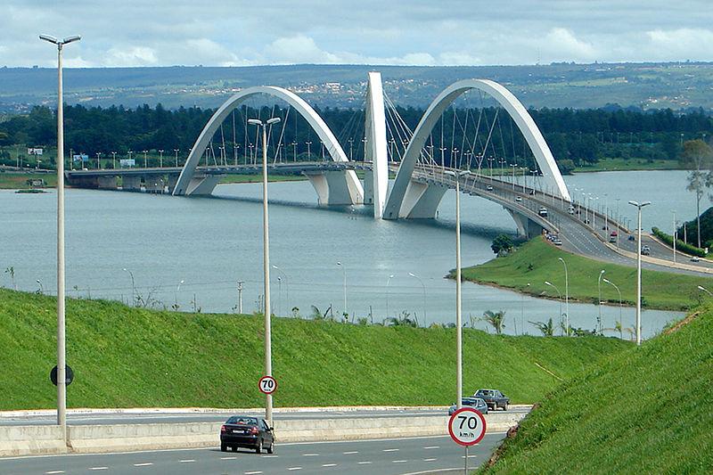 Ficheiro:28 12 05 010 zoom approach Ponte JK.jpg