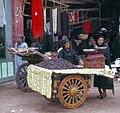 Al-Fayyum-04-Dattelverkaeuferin-Eingang zum Markt-1982-gje.jpg