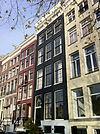 foto van Huis met versierde cordonlijst, stoep met drie versierde balusters