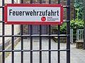 Amtlich gekennzeichnete Feuerwehrzufahrt, Pastor-Könn-Platz, Köln-1140.jpg