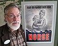 Anders Johansson med plakat for Norgeshjelpen.jpg