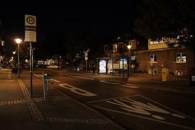 Ankunfts-Bushaltestelle Aixer Straße bei Nacht (2018).jpg