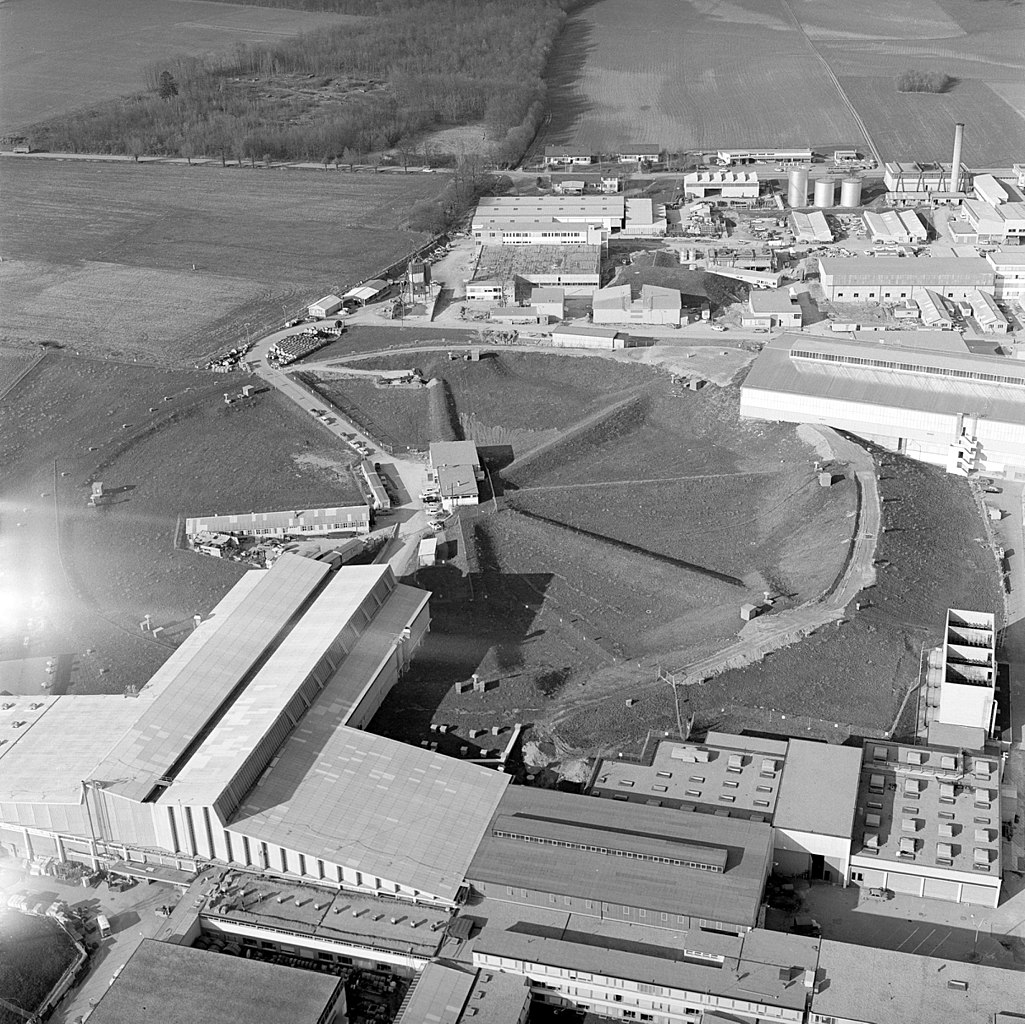 https://upload.wikimedia.org/wikipedia/commons/thumb/f/fd/Arial_view_of_PS_at_CERN_in_1965.jpg/1025px-Arial_view_of_PS_at_CERN_in_1965.jpg