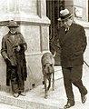 Arturo Alessandri caminando junto a su perro.jpg