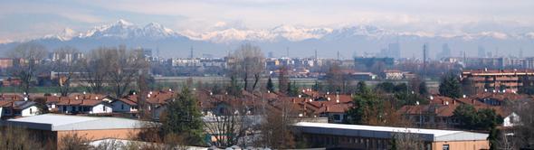 Scorcio di Assago, sullo sfondo Milano e le Alpi italiane