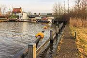 Baggertransportleiding drijft onder de Trambrug in de Noorder Oudeweg 03.jpg