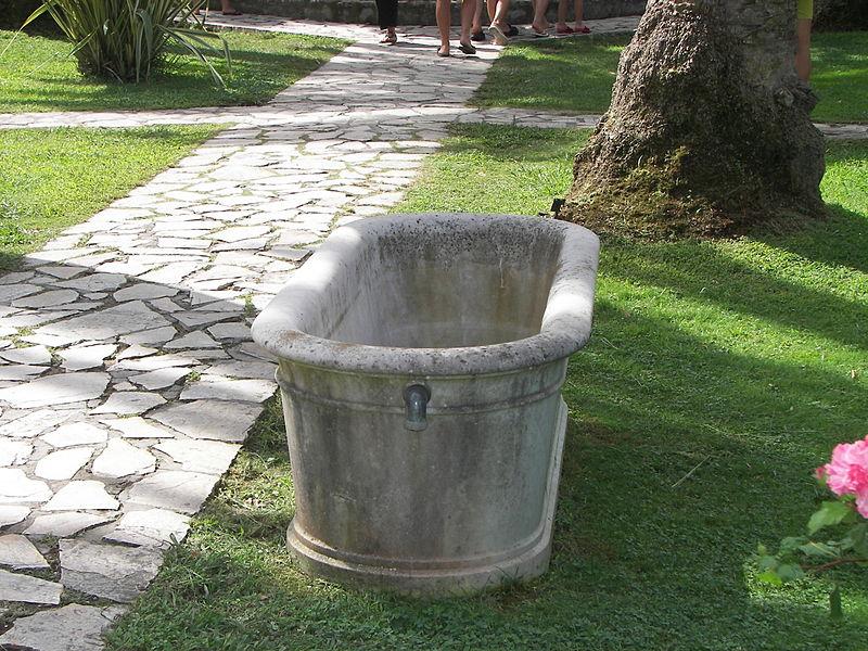 Fichier:Bathtub in Achilleion Gardens.jpg