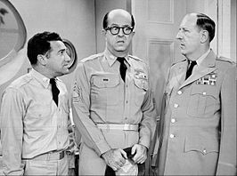 Billy Sands (links) met Phil Silvers en Paul Ford Bilko in 1958