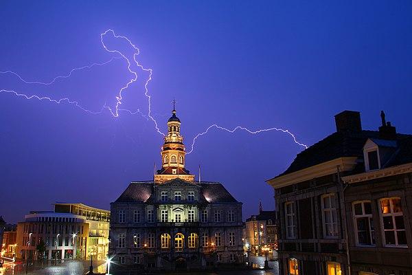 Bliksem boven het stadhuis van Maastricht.jpg