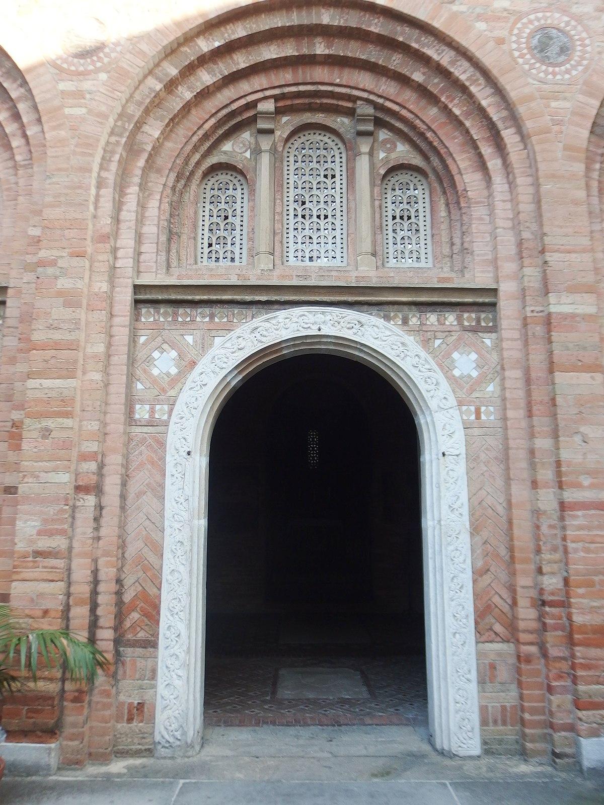 File:Bologna, Santo Stefano-Martyrium, portale.jpg ...
