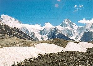 English: Broad Peak (left) and Gasherbrum IV f...