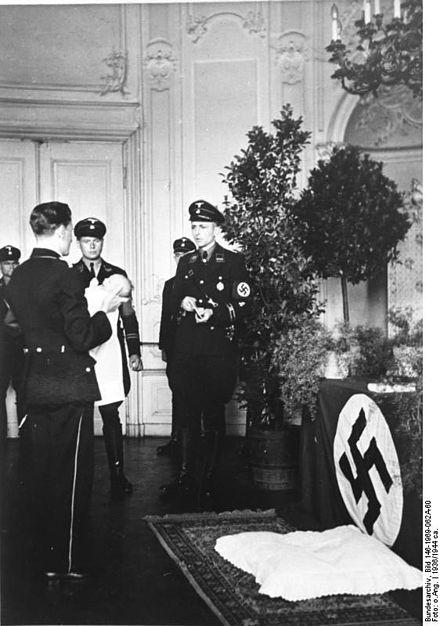 [Obrazek: 440px-Bundesarchiv_Bild_146-1969-062A-60..._Taufe.jpg]