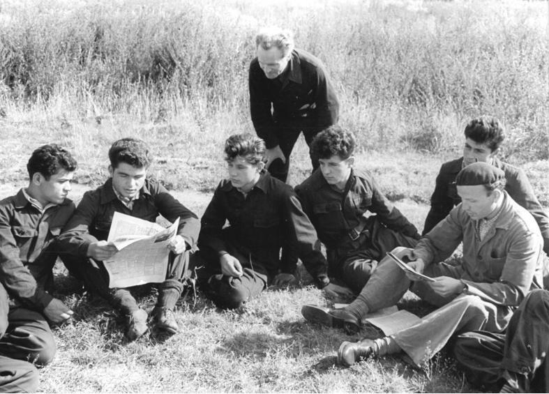 Bundesarchiv Bild 183-41230-0001, Magdeburg, Auszubildende bei der Zeitungsschau