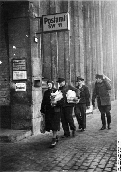 File:Bundesarchiv Bild 183-N1209-312, Berlin, Altpapier für neues Telefonbuch.jpg