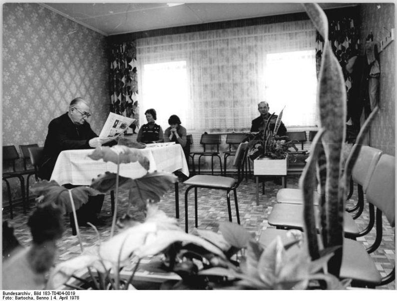 File:Bundesarchiv Bild 183-T0404-0019, Jördenstorf, Wartezimmer der Großpraxis.jpg