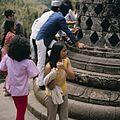 COLLECTIE TROPENMUSEUM Bezoekers bij de stupa's op de Borobudur TMnr 20027038.jpg