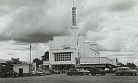 COLLECTIE TROPENMUSEUM De Menteng Bioscoop in Djakarta TMnr 60054768.jpg