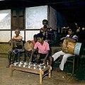 COLLECTIE TROPENMUSEUM Muzikanten tijdens het bespelen van een totobuang en trommen Amahusu TMnr 20018289.jpg