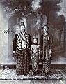 COLLECTIE TROPENMUSEUM Studioportret van Pakoe Boewono X Susuhunan van Solo met echtgenote en dochter TMnr 60003228.jpg