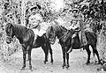 COLLECTIE TROPENMUSEUM Twee Soembanezen op hun sandelhoutpaard TMnr 10005876.jpg