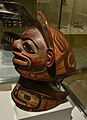 Casco y collera de los indios Tlingit. Siglo XVIII. Museo de América.jpg