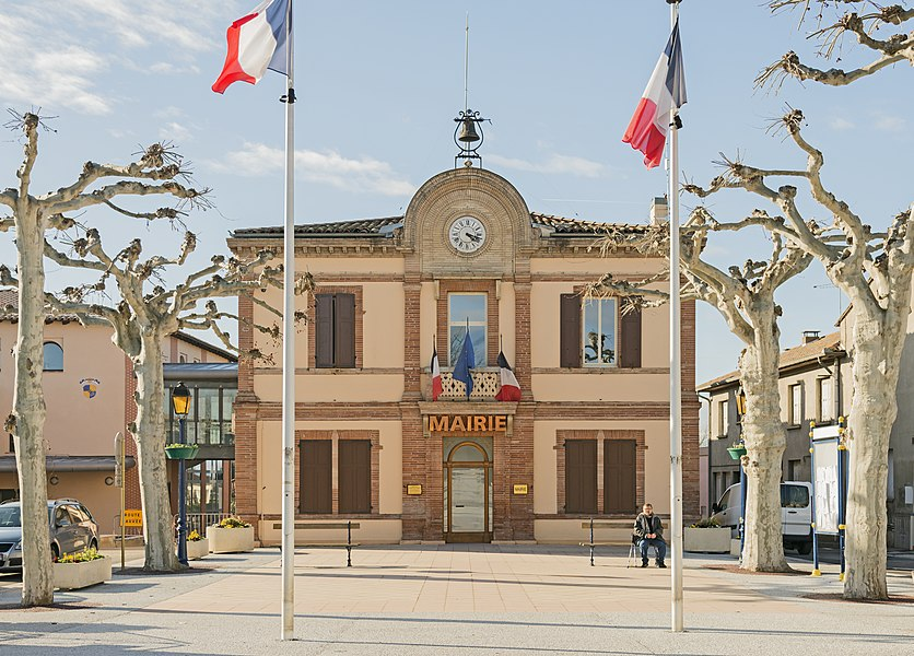 English:  Castelginest. Facade of Town hall.