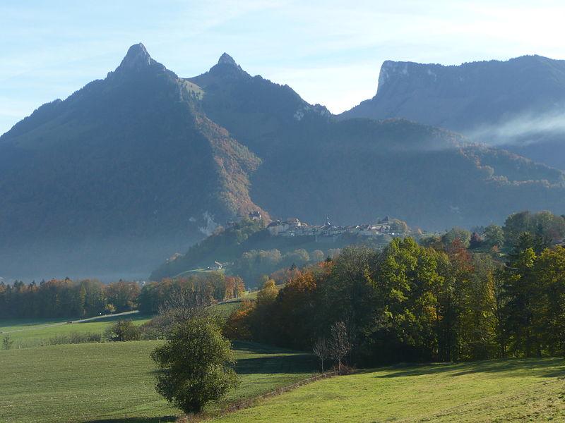 File:Château de Gruyères from Le Pâquier-Montbarry (Le Pâquier (Fribourg)) (autumn) 5.JPG