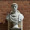 Château de Versailles, cour de marbre, buste d'empereur romain, Vdse 104 02.jpg