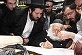 Chaim Kanievsky הרב חיים קנייבסקי כותב אות בספר תורה ניסן תשעד.JPG