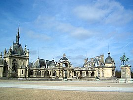 Chateau de Chantilly front courtyard.jpg
