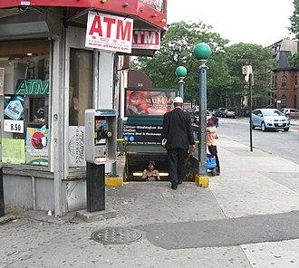 Clinton–Washington Avenues (IND Fulton Street Line) - Image: Clinton Washington Av IND sta jeh