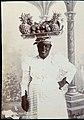 Collectie Nationaal Museum van Wereldculturen TM-60062322 Studioportret van een fruitverkoopster Barbados M.A.N. (Manuel Auguste Nunes) Siza (Fotograaf).jpg