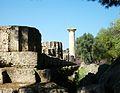 Crepidoma i columna del temple de Zeus, Olímpia.JPG
