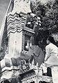 Dépôt de l'urne cinéraire dans le stupa, à Savannakhet.jpg