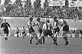 DOS tegen PSV 0-3. Willy van der Kuijen met vier DOS-spelers om zich heen, Bestanddeelnr 921-3625.jpg