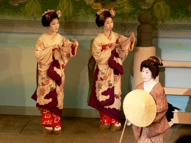 http://upload.wikimedia.org/wikipedia/commons/thumb/f/fd/Dancing_maiko.png/800px-Dancing_maiko.png