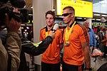 Daniël Knegt en piloot Koen de Leeuw op Schiphol in gesprek met de NOS.jpg