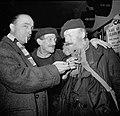 De twee mannen praten met een cafébezoeker, Bestanddeelnr 254-0009.jpg