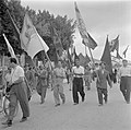 Deelnemers aan een 1 mei demonstratie (Dag van de Arbeid), zwaaiend met vlaggen, Bestanddeelnr 255-0168.jpg