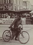 Derny vainqueur des 500 mètres de Deauville en 1903 sur motocyclette Clément.jpg