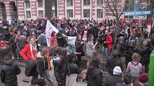 File:Des manifestants bloqués devant la mairie de Toulouse.webm