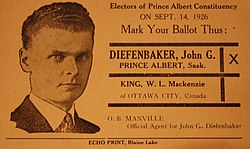 Volební leták s názvem Diefenbaker a jeho fotografie, s opakováním hlasování, nutící k jeho zvolení.  Jeho vlasy jsou stále krátké a tmavé, sčesané dozadu a jeho obličej vypadá hodně tak, jak to bude v pozdějších letech.  Nosí sako a kravatu.