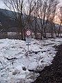 Dolní Mokropsy, nahromadění ker v lednu 2011, cesta podél valu u hřiště, zákazová značka.jpg