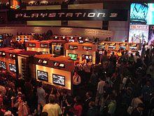 Uno stand dell'Electronic Entertainment Expo 2006, con molte postazioni dell'allora nuova console PlayStation 3. L'E3 si svolge dal 1995 solitamente a Los Angeles e la più importante fiera dedicata ai videogiochi nel mondo.