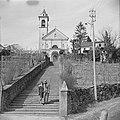 Een man en een vrouw op een trap voor een kerk in een buitenland Ascona, Zwitse, Bestanddeelnr 254-5607.jpg