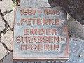 Emden Skulptur Strassenfegerin Peterke-02.JPG