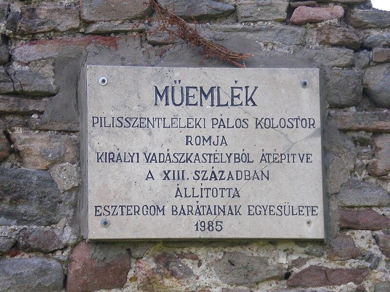 Emléktábla a kolostor oldalában