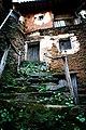 Entrada con escalera, Robledillo de Gata.jpg